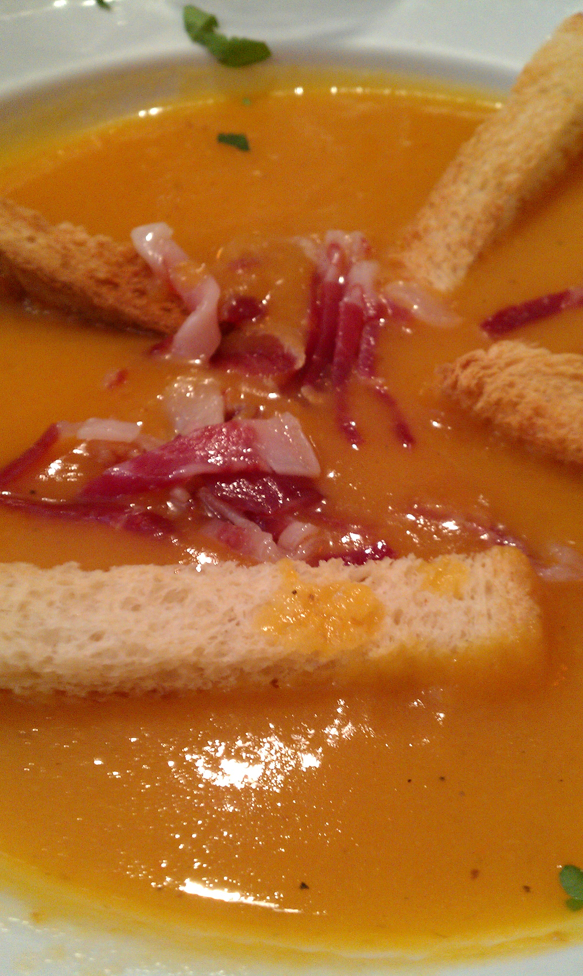 Recipe: Cream of pumpkin soup with ham chips and toasted bread