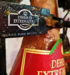 "Ham ""DO Dehesas Extremeñas"": hams with entity."